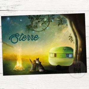 kaartje voor geboorte van baby met sterrenhemel, hond en zusje onder sterrenhemel bij gezellig vuur en caravan