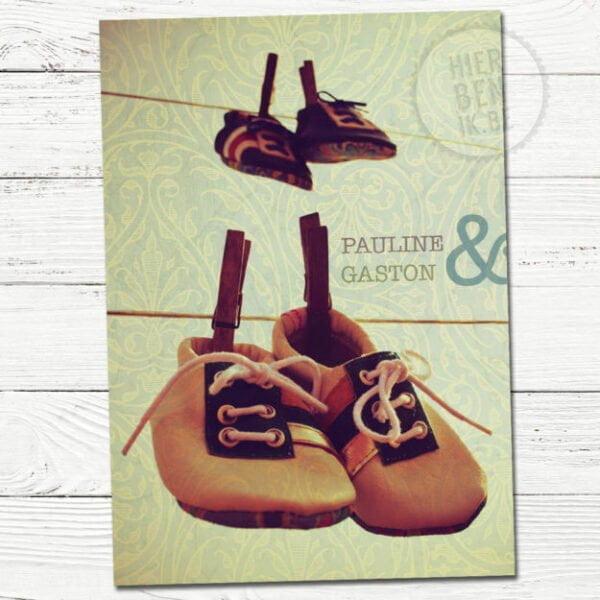 geboortekaartje met schoentjes voor tweeling retro look en achtergrond