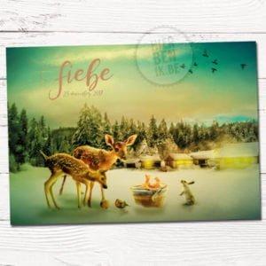 Geboorte kaartje op maat ontworpen met dieren in winters landschap. Hertjes, konijn en vogeltjes staan bij baby in ee mand. Op de achtergrond branden gezellige lichtjes in de huizen.