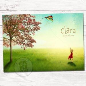 Geboortekaartje met ontwerp op maat - meisje met vlieger in zonnig lente landschap