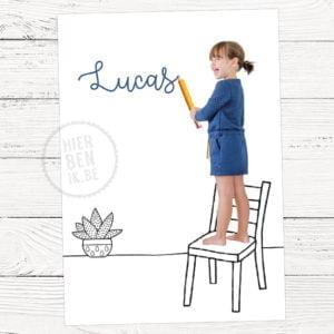 geboorte kaartje met grote zus schrijft de naam van de baby
