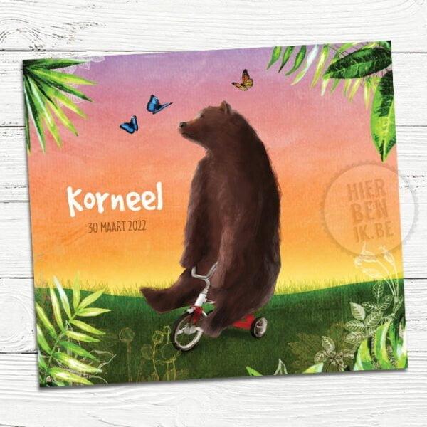 vrolijk geboortekaartje met beer op fiets in natuurlandschap met bladeren en vlinders